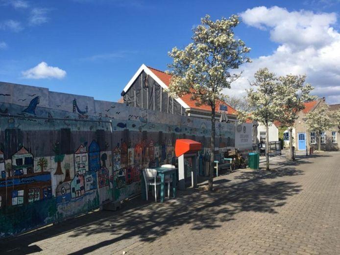 Medio 2016 werd nog gevreesd dat er in de zomer van 2017 een 'gat' aan de Dorpsstraat in Scharendijke zou liggen. Inmiddels ziet het dorp er al drie zomers gehavend uit.