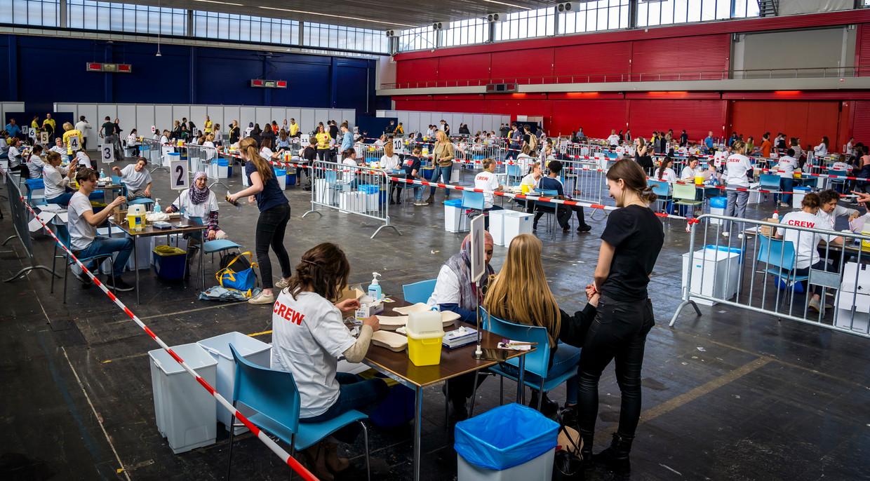Jongeren worden ingeënt tegen meningokokken in de RAI in Amsterdam.  Beeld Hollandse Hoogte /  ANP
