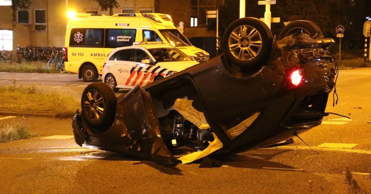 Auto op de kop, slachtoffer naar het ziekenhuis bij ongeluk in Zwolle.