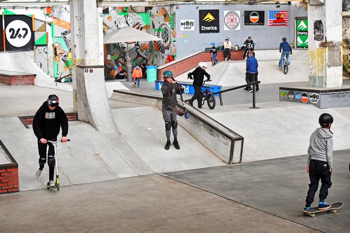 Op de open dag in Waalhalla kun je kennis maken met skateboard, BMX of step. Voor je het weet maak je een bar-spin of tail-whip.