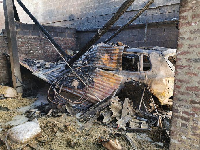 De brand bij paardenpensioen De Voerinck in Vlezenbeek vernielde een deel van een loods.