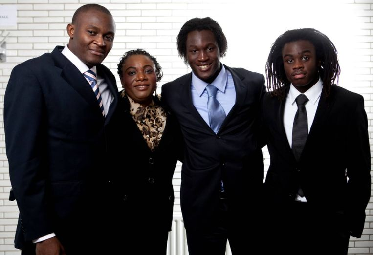 Papa Roger, mama Adolphine, Romelu en Jordan in 2010. Beeld PN
