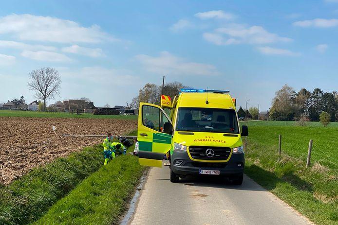De motorrijder kwam een 15-tal meter verder langs Landries in Aaigem in de gracht terecht.