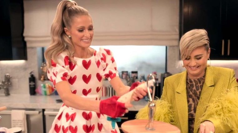 Paris Hilton en Demi Lovato aan het... euh, koken. Beeld RV