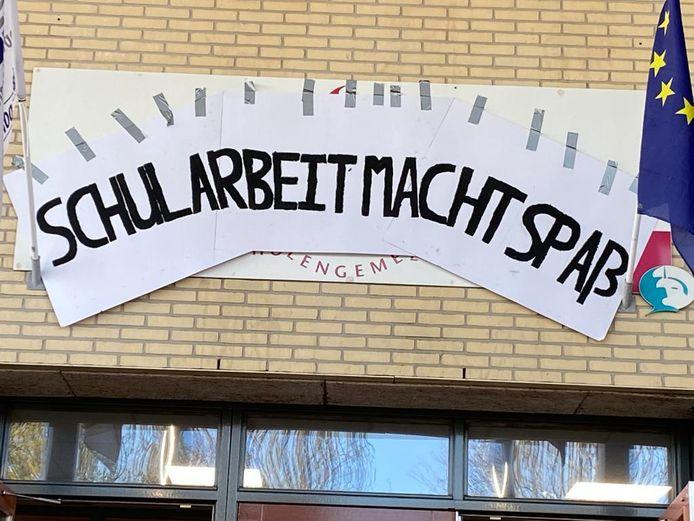 Examenleerlingen van de Nehalennia verwelkomden schoolgenoten vrijdag met de tekst 'Schularbeit macht spaB'.