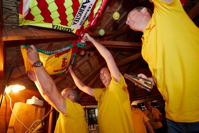 De organisatie van Le Tour de Hoek hangt het eetcafé in Gorssel voor aanvang van de Tour de France elk jaar vol met allerlei shirts en wielerprullaria.