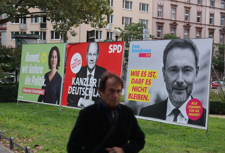Op verkiezingsaffiches in Frankfurt: Annalena Baerbock van de Grünen en Christian Lindner van de liberale FDP flankeren verkiezingswinnaar Olaf Scholz van de SPD.  Beeld Getty Images