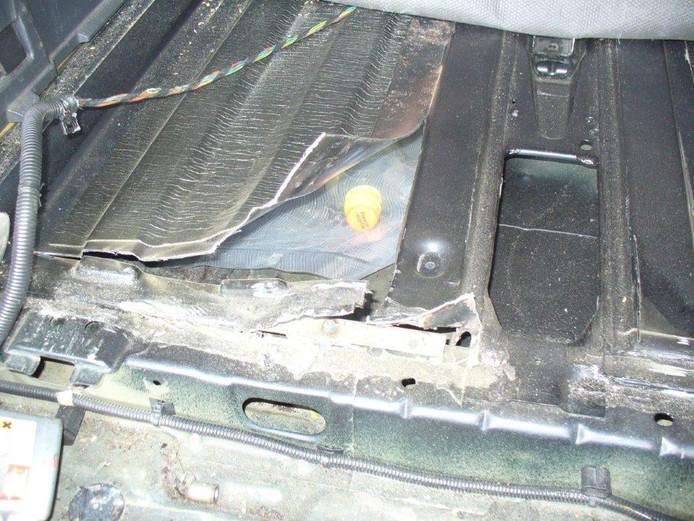 De drugs waren verstopt in holle ruimtes onder de achterbank en kofferbak