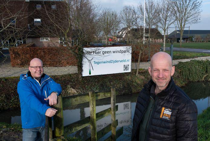 Inwoners van Zijderveld protesteren tegen de komst van windmolens. Hans Noordijk (l.) en Jan-Reint Vink willen dat de gemeente Vijfheerenlanden duidelijker communiceert.