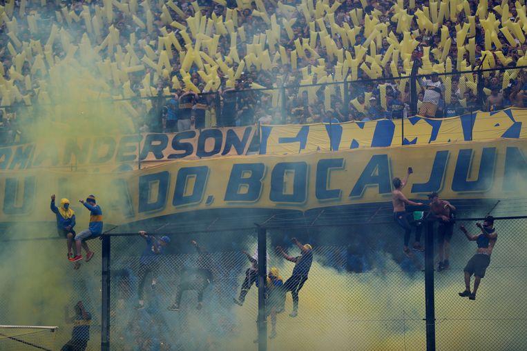 Fans van Boca Juniors klauteren op de omheining tijdens de heenmatch in Buenos Aires. Het werd toen 2-2. Beeld REUTERS