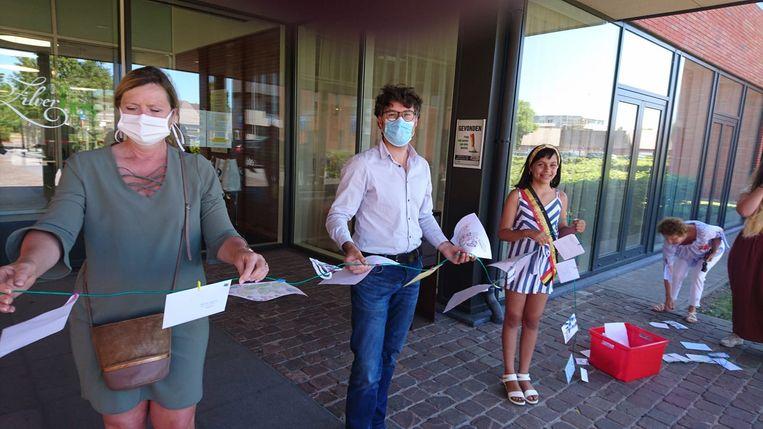 Kinderburgemeester Elise De Kesel kwam samen met een delegatie van het schepencollege een lint van tekeningen afgeven aan wzc Zilverbos.