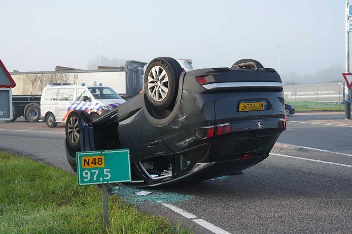 Op de N48 bij Ommen sloeg een auto over de kop.
