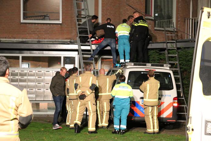 Een verwarde man is vannacht van een dak gevallen van een appartementencomplex aan het Laveibos in Zoetermeer.