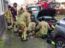 De politie, brandweer, dierenambulance én de ANWB kwamen ter plaatse kwamen om het poesje in nood te redden.