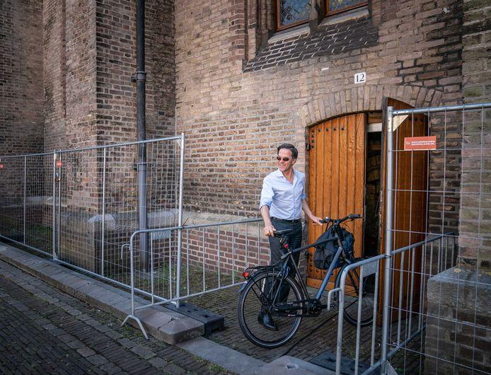 Demissionair premier Mark Rutte komt het liefst met de fiets.
