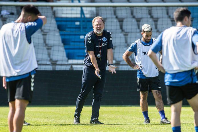 De Graafschap-trainer Mike Snoei geeft aanwijzingen tijdens de eerste training.