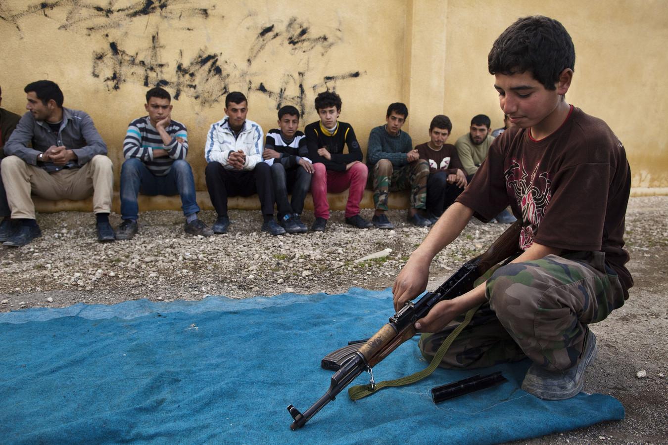 Syrische kinderen krijgen een militaire opleiding.