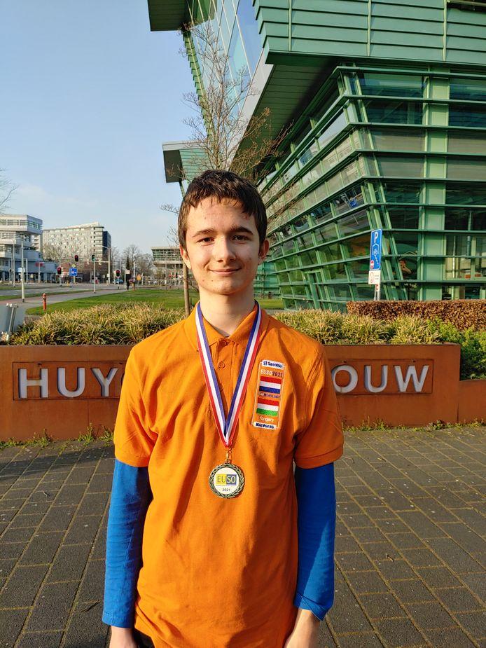Revi Gerner in Nijmegen met zijn medaille.