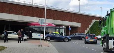 En dat is TIEN: deze keer geen vrachtwagen maar een lijnbus klem onder berucht viaduct in Nijmegen