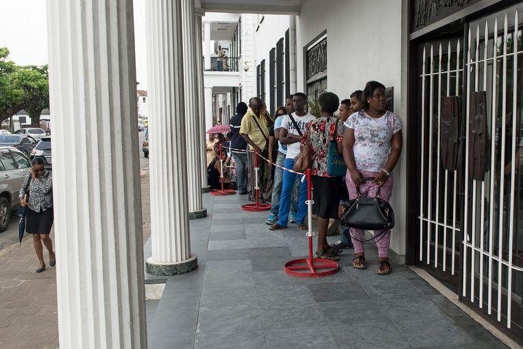 Lange rijen voor Centrale Bank van Suriname in  maart 2016, toen Suriname de vaste wisselkoers voor de eigen munt losliet. Beeld Pieter Van Maele
