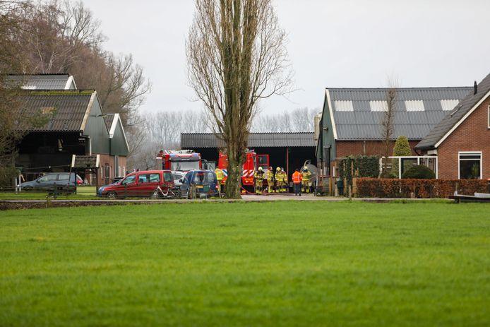 Hulpdiensten bij de stal in Klarenbeek waar vanochtend brand is uitgebroken.