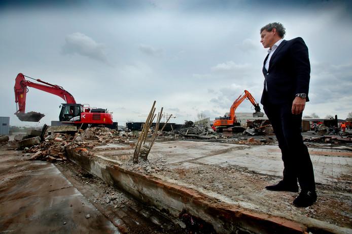 Directeur John van den Heuvel kijkt hoe de restanten van de grote brand worden opgeruimd.