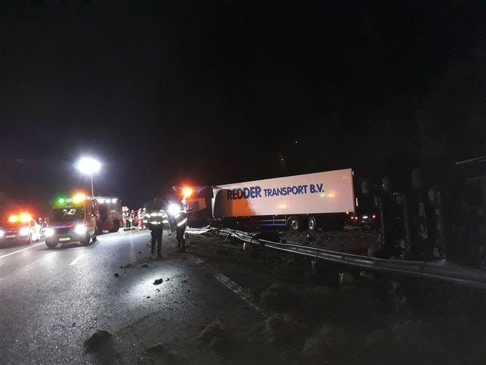 Door een ongeluk met drie vrachtwagens op de snelweg A28 bij Assen is de weg afgesloten.