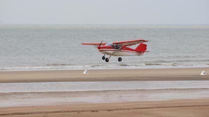 Vliegtuigjes rijden zich vast op strand