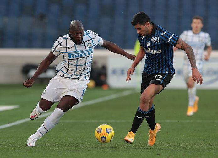 Lukaku wil voorbij Cristian Romero van Atalanta.