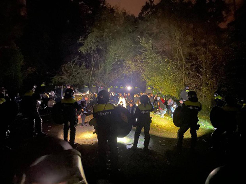 De politie van Limburg heeft in de nacht van 31 oktober op 1 november met hulp van de mobiele eenheid een groot illegaal feest opgedoekt dat werd gehouden in het bosgebied in Geulle in de gemeente Meerssen. Ongeveer honderd feestvierders hebben een bekeuring gekregen. Beeld Politie Limburg