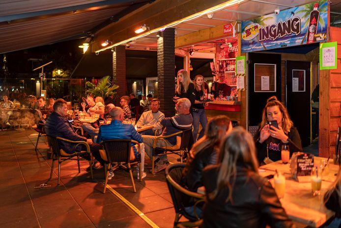 Bij feestcafé De Zoom in Renesse mag niet gedanst worden. Gasten zitten nu aan tafels.