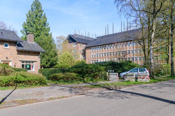 Het gebouw van het RIVM (rechts) in Bilthoven.