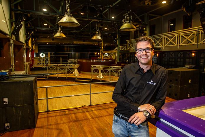 Timo Roescher staat trots in één van de zalen van uitgaansgelegenheid De Leeren Lampe. Vanaf begin september is hij op 24-jarige leeftijd de nieuwe uitbater van de horecazaak.