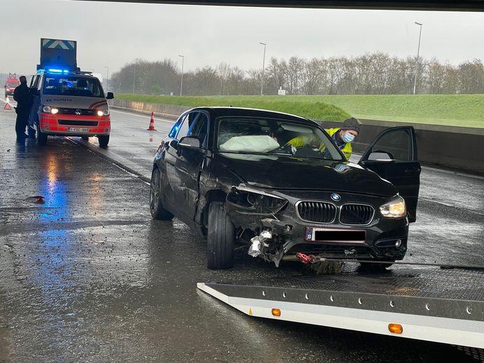 Een BMW kwam langs de A19 in Zonnebeke tegen de vangrails terecht.