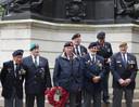 Willem Witvliet, met krans, in Engeland tijdens  Remembrance Day.