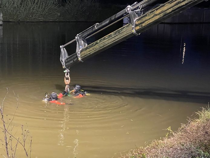 Duikers van de brandweer hielpen om de auto uit het water te takelen.