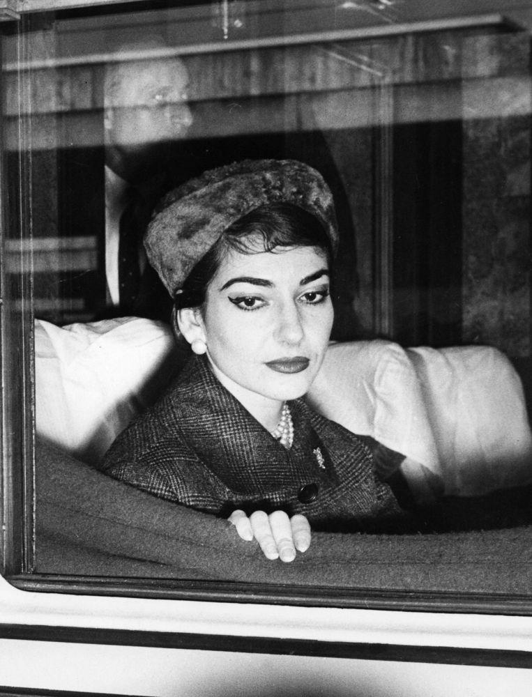Maria Callas in een trein in Rome in 1958. Beeld anp