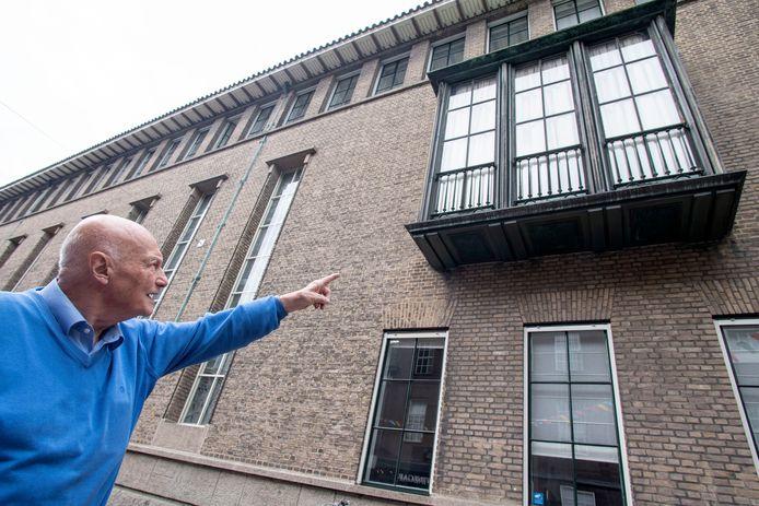 Onderaan dit balkon van het stadhuis zijn platen bevestigd met de afbeelding van de drie schikgodinnen. Gemaakt ter gelegenheid van het 100-jarig bestaan van textielfabriek Van Heek &Co.