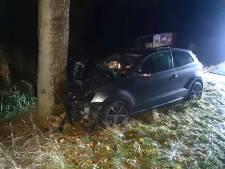 Jonge automobilist (22) knalt tegen boom bij Vriezenveen