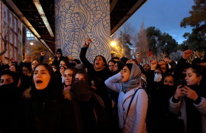 Demonstranten bij de Amir Kabir Universiteit in Tehran keren zich tegen de Iraanse regering.
