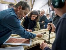 Theo uit Almelo legt minister uit hoe je een 'antieke' kerkbank maakt