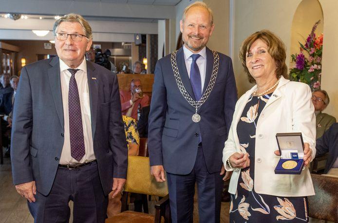 De erepenning is binnen! Burgemeester Patrick Welman overhandigde het edelmetaal aan Lenie en Jos Oolderink van Hotel Het Landhuis.