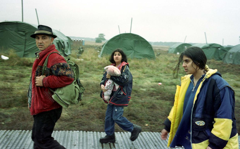 Iraakse Koerden verlaten eind jaren negentig het omstreden tentenkamp in Ermelo. Bij gebrek aan voldoende huisvesting had de overheid daar legertenten geplaatst, die later bleken te lekken. De beelden ervan gingen de wereld over.