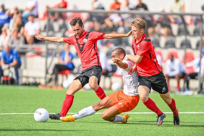 Guus van Weerdenburg van AFC maakt het TEC-aanvaller Kevin Sterling lastig.