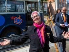 Met de historische trolleybus door Arnhem om lintjes uit te reiken: 'Voor herhaling vatbaar'