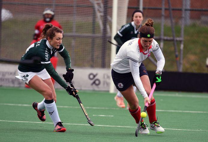 Lieselotte Van Lindt (r.) was het voorbije weekend met Leuven in actie tegen Waterloo Ducks.