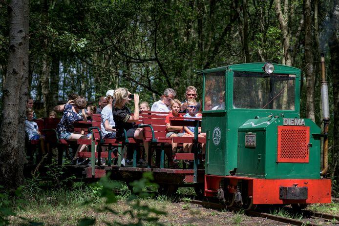 Het Veenmuseum, met onder meer een plaggenhut van vroeger, een grote expositieruimte en een rijdend treintje, trekt jaarlijks 12.000 bezoekers.