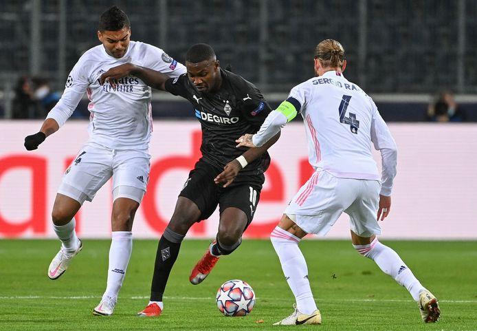 Thuram baant zich een weg langs Casemiro en Sergio Ramos, in de Champions League-wedstrijd tegen Real Madrid.
