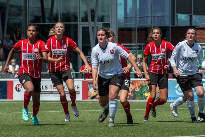 Maruschka Waldus (tweede van links) met PSV in de voorbereiding op het seizoen.