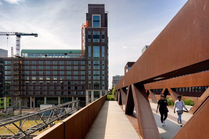 Zicht op het nieuwe hotel Tribute by Marriott vanaf de Paleisbrug in Den Bosch.